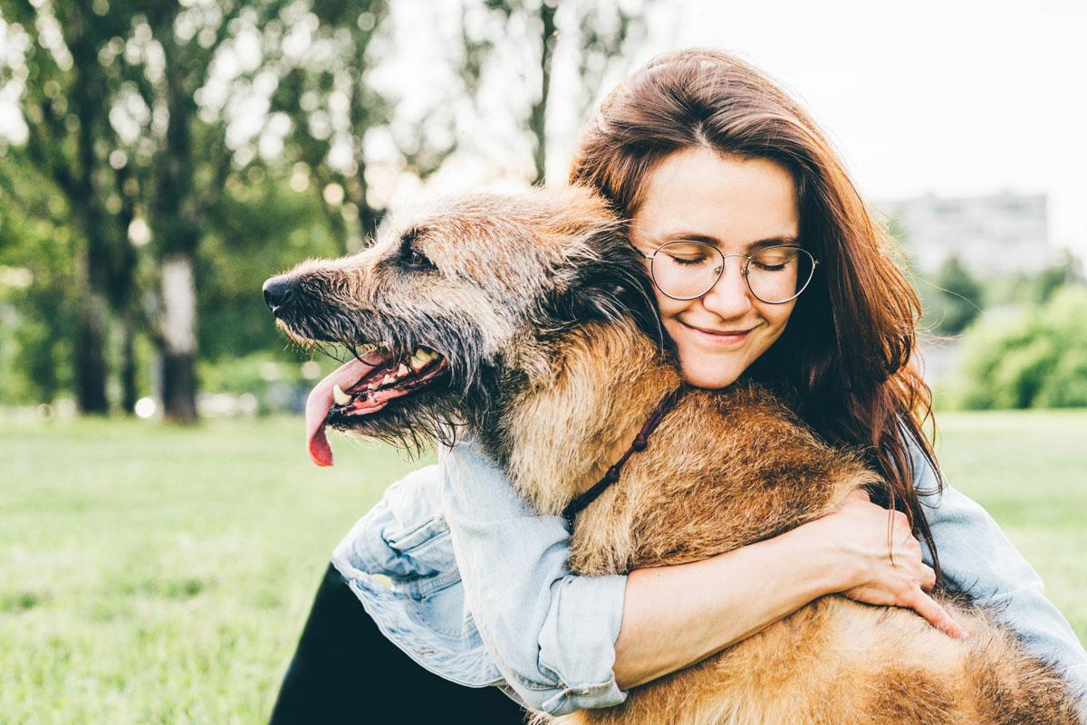 Abrazando al perro