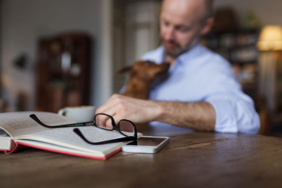 persona leyendo libro de perros